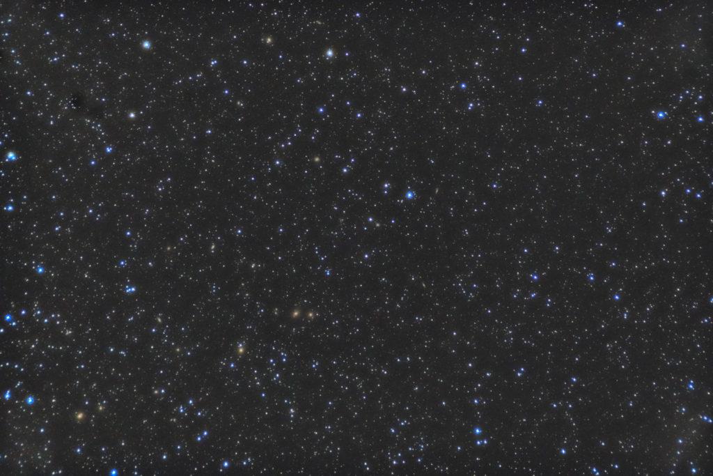 一眼カメラで撮影したおとめ座銀河団付近の星野写真(星空写真)です。撮影日時は2019年05月07日21時48分05秒から。PENTAX KP/TAMRON AF18-200mm F3.5-6.3 XR DiII/フルサイズ換算約142㎜/ISO12800/F5.6/露出1分/52枚を加算平均コンポジット/ダーク減算なし/ソフトビニングフラット補正です。