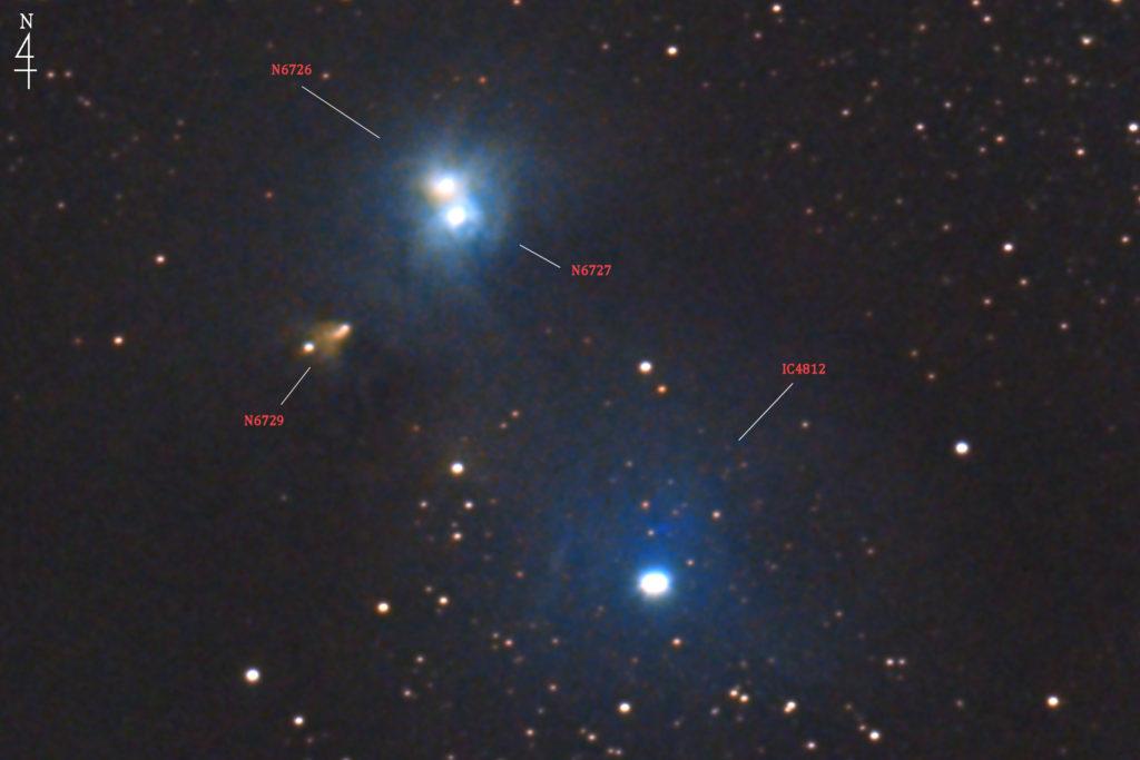 2020年05月30日01時03分30秒から口径15.2cmF5のミードの反射望遠鏡LXD-55とリコーの一眼レフカメラのPENTAX-KPでISO25600/露出20秒で撮影して178枚を加算平均コンポジットしたフルサイズ換算約3587mmのみなみのかんむり座の反射星雲群(NGC6726とNGC6727とNGC6729とIC4812)の天体写真です。