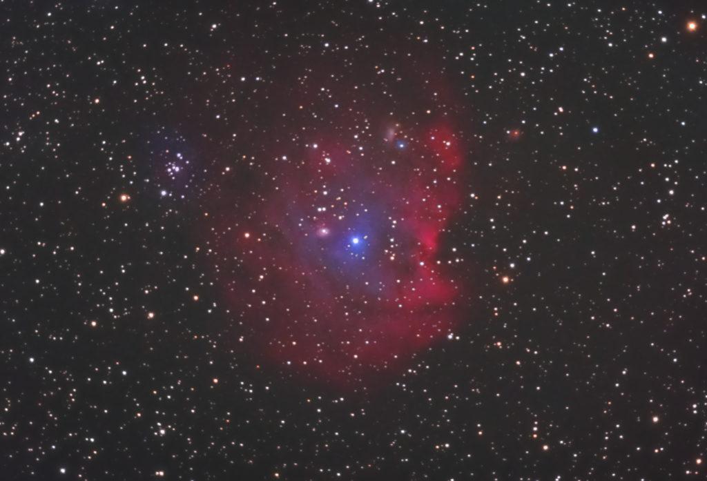 2020年10月21日00時42分16秒からミードの反射望遠鏡LXD55とリコーの一眼レフカメラのPENTAX KPでISO25600/F5/露出30秒で撮影して88枚を加算平均コンポジットしたフルサイズ換算約1772mmのNGC2174(モンキー星雲)の天体写真です。