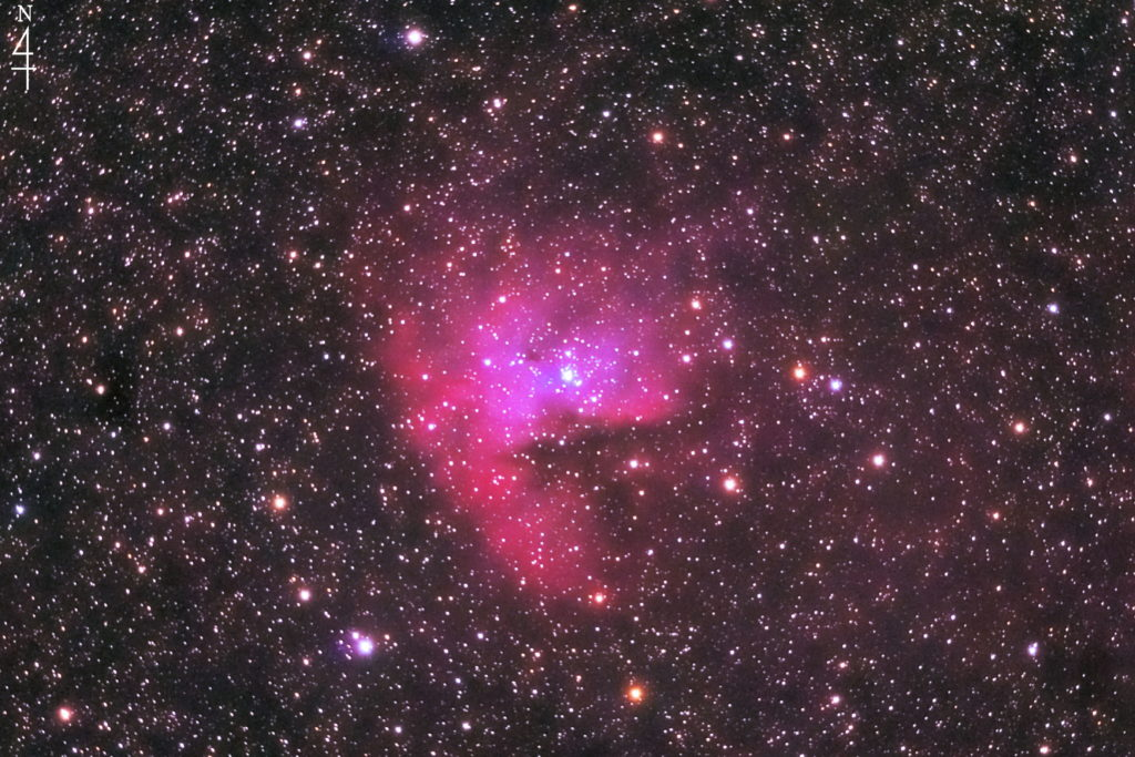 2020年08月17日01日51分37秒からミードの反射望遠鏡LXD55とリコーの一眼レフカメラのPENTAX-KPでISO25600/露出30秒で撮影して136枚を加算平均コンポジットしたフルサイズ換算約1564mmのNGC281(Sh2-184)パックマン星雲の天体写真です。