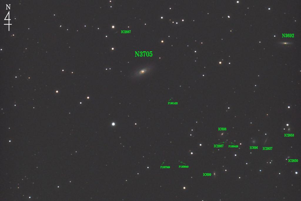 2020年03月21日00時24分23秒から口径15.2cmF5の反射望遠鏡LXD-55と一眼レフカメラのPENTAX-KPでISO25600/露出30秒を110枚加算平均コンポジットしたフルサイズ換算約2202mmの棒状渦巻銀河NGC3705とその周辺の銀河の天体写真です。