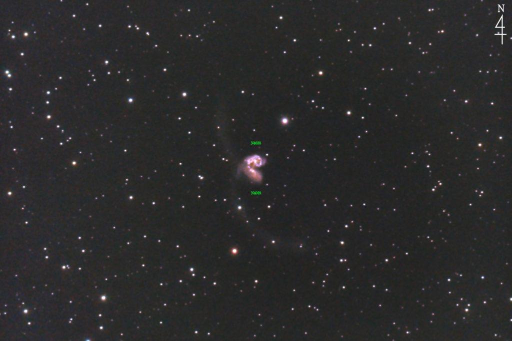 2020年04月25日21時04分30秒から口径15.2cmF5の反射望遠鏡LXD-55と一眼レフカメラのPENTAX-KPでISO25600/露出30秒で撮影し、94枚を加算平均コンポジットしたフルサイズ換算約2225mmのアンテナ銀河(触角銀河)NGC4038+NGC4039の天体写真です。