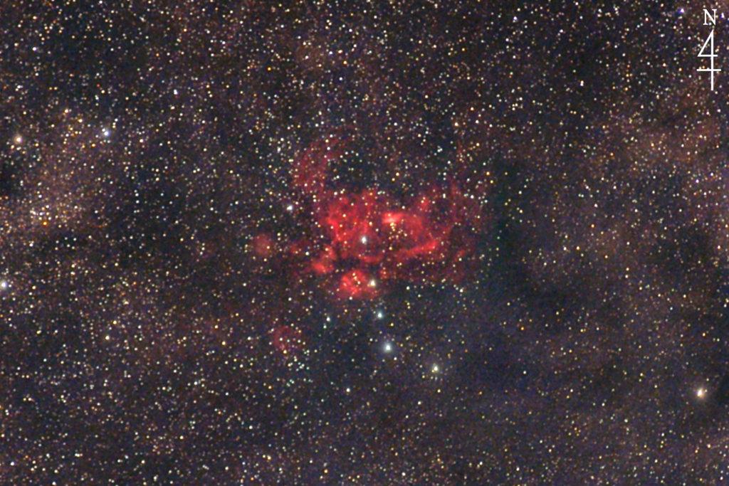 2020年4月30日02時29分21秒から赤外線改造カメラの一眼レフのCANON EOS KISS X2とズームレンズのSIGMA 70-200mmF2.8でISO1600/露光1分で撮影して30枚加算平均コンポジットしたフルサイズ換算約656㎜のさそり座のNGC6357(彼岸花星雲)の天体写真です。