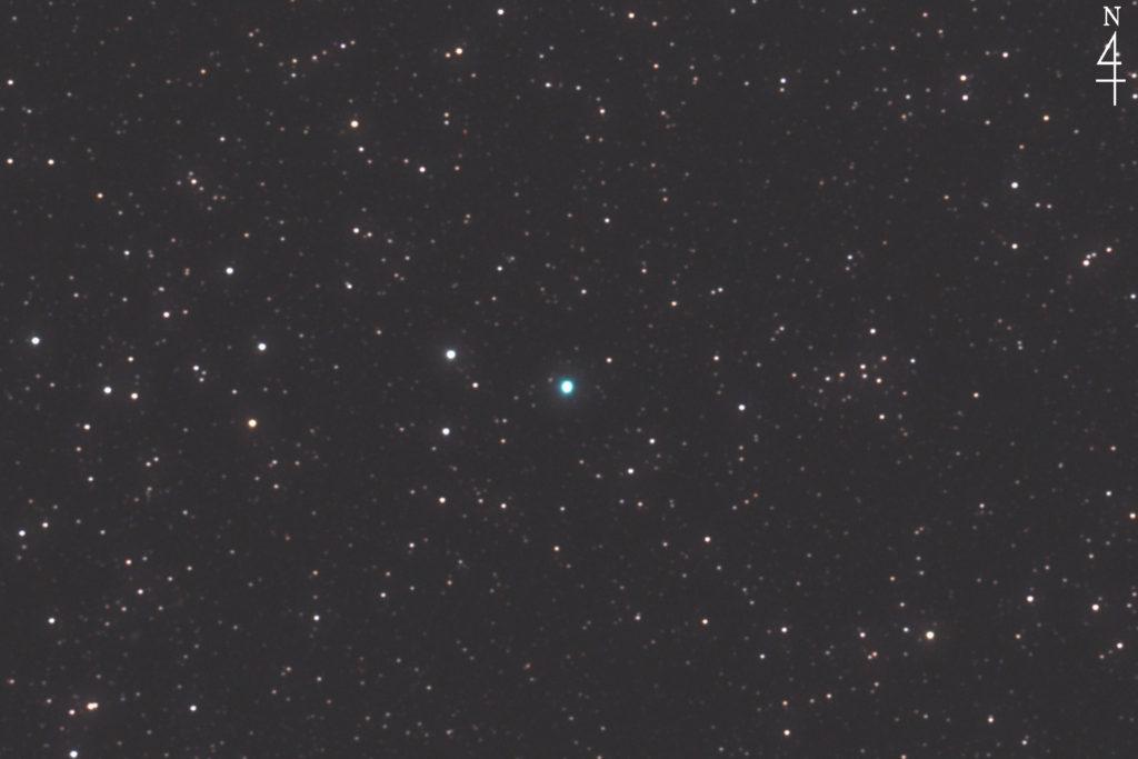 2020年04月26日00時38分40秒から口径15.2cmF5の反射望遠鏡LXD-55と一眼レフカメラのPENTAX-KPでISO25600からISO3200へ減感/露出30秒で撮影して45枚を加算平均コンポジットしたFL換算約3587mmのNGC6572(エメラルド星雲)の天体写真です。