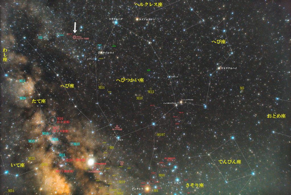 一眼レフカメラとズームレンズで撮影したNGC6572(エメラルド星雲)の位置とへびつかい座(蛇使座)付近の天体がわかる写真星図です。