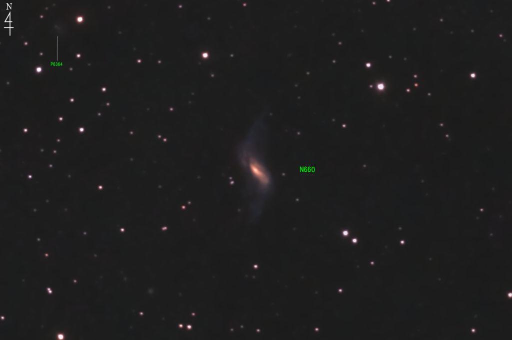2020年10月20日21時12分58秒からミードの反射望遠鏡LXD55とリコーの一眼レフカメラのPENTAX KPでISO25600/F5/露出30秒で撮影して117枚を加算平均コンポジットしたフルサイズ換算約3581mmのNGC660の天体写真です。