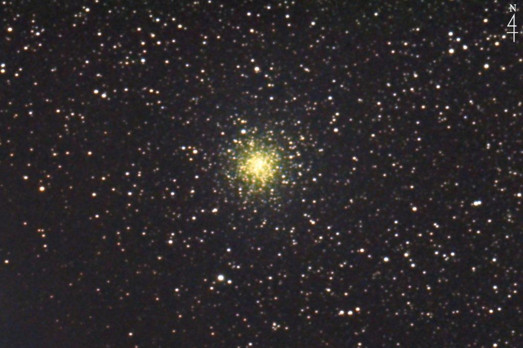 2020年05月30日01時03分30秒から口径15.2cmF5のミードの反射望遠鏡LXD-55とリコーの一眼レフカメラのPENTAX-KPでISO25600/露出20秒で撮影して178枚を加算平均コンポジットしたフルサイズ換算約2886mmの球状星団NGC6723の天体写真です。
