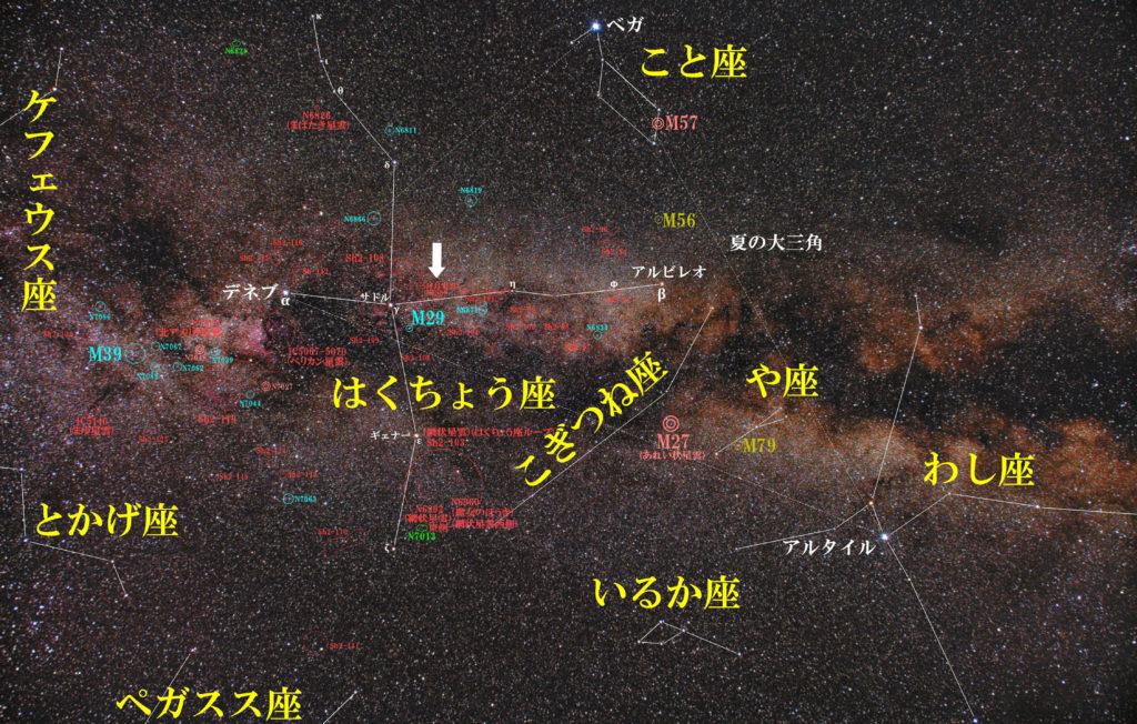 一眼レフカメラとズームレンズで撮影したNGC6888(三日月星雲/クレセント星雲)の位置と白鳥座(はくちょう座)付近の天体がわかる写真星図です。