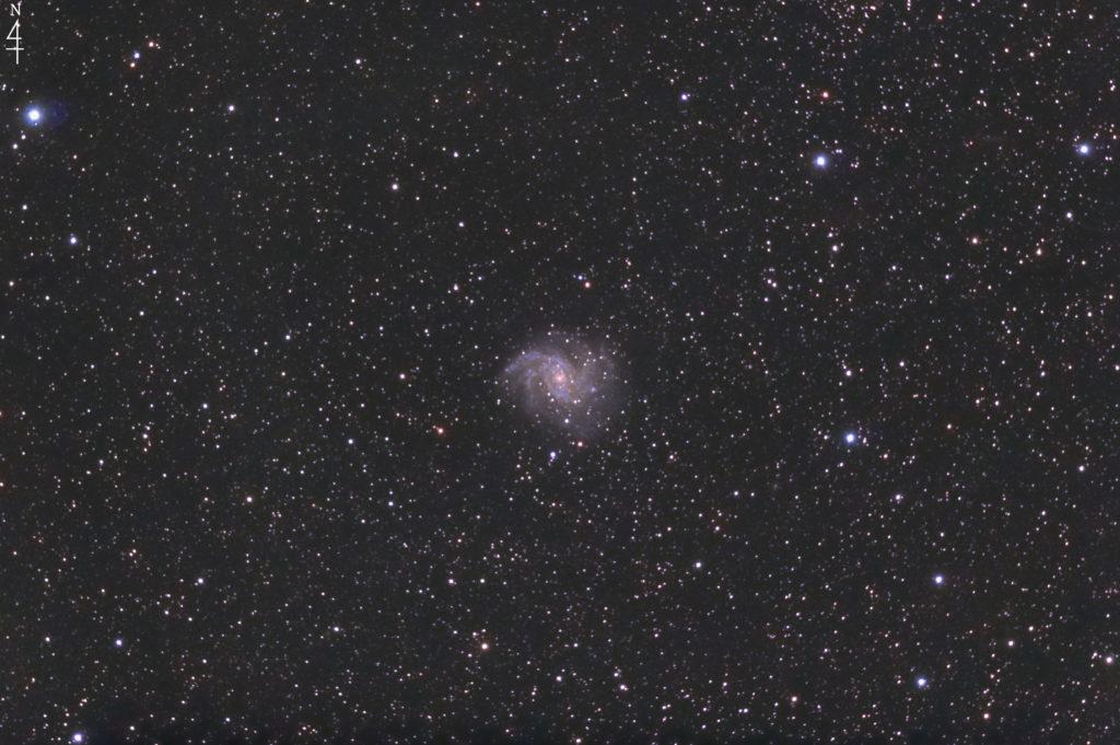 2020年10月20日23時02分43秒からミードの反射望遠鏡LXD55とリコーの一眼レフカメラのPENTAX KPでISO25600/F5/露出30秒で撮影して149枚を加算平均コンポジットしたフルサイズ換算約1402mmのNGC6946(花火銀河)の天体写真です。