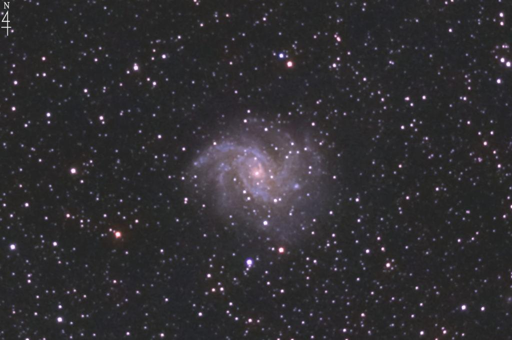 2020年10月20日23時02分43秒からミードの反射望遠鏡LXD55とリコーの一眼レフカメラのPENTAX KPでISO25600/F5/露出30秒で撮影して149枚を加算平均コンポジットしたフルサイズ換算約3587mmのNGC6946(花火銀河)の天体写真です。
