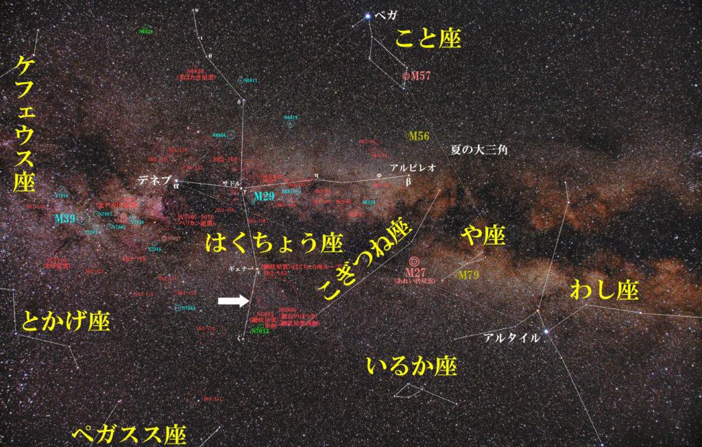 一眼レフカメラとズームレンズで撮影したNGC6990(網状星雲西側/魔女のほうき)+NGC6992(網状星雲東側)の位置と白鳥座周辺の天体がわかる写真星図です。
