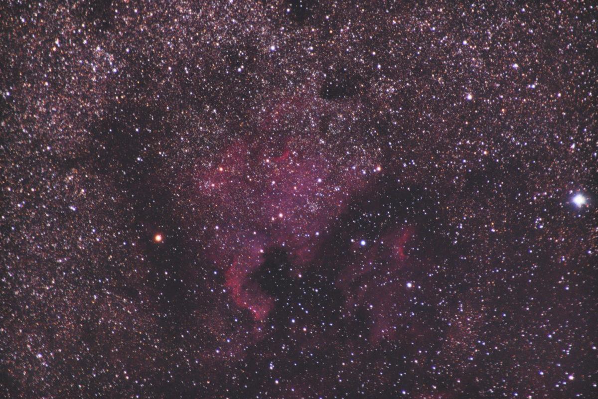 TAMRONズームレンズ/フルサイズ換算300mm/PENTAX-KP/ISO12800/F6.3/露出60秒×57枚を加算平均コンポジットしたNGC7000(北アメリカ星雲)の天体写真です。