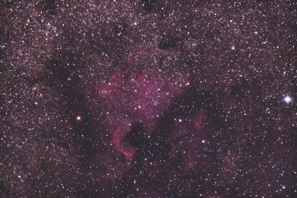 TAMRONズームレンズ/フルサイズ換算300mm/PENTAX-KP/ISO12800/F6.3/露出60秒×57枚を加算平均コンポジットしたNGC7000(北アメリカ星雲)とIC5067(ペリカン星雲)の天体写真です。