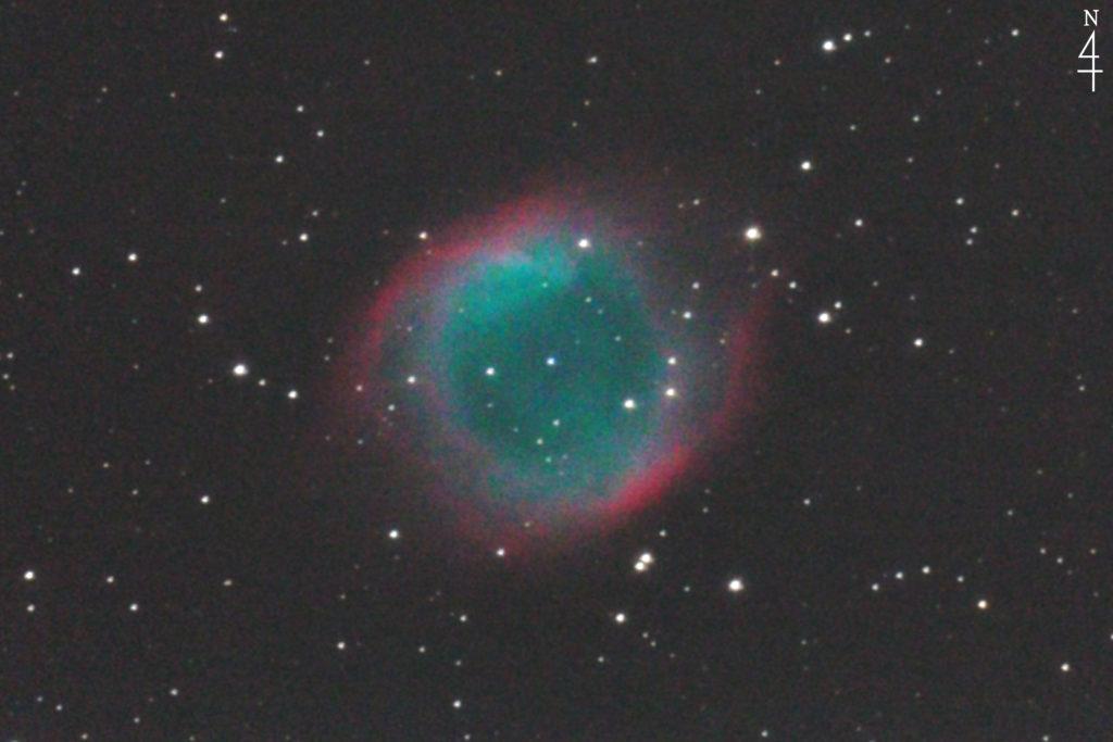 2013年08月03日01時28分33秒から口径25cmF4.8の反射望遠鏡のWHITY DOBと一眼レフカメラのCANON EOS KISS x2でISO1600/露出240秒で撮影して2枚を加算平均コンポジットしたフルサイズ換算約3300mmのNGC7293(らせん状星雲)の天体写真です。