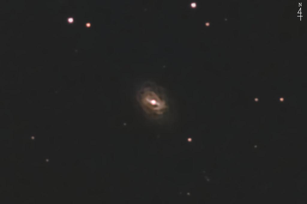 2020年08月17日00時28分14秒からミードの反射望遠鏡LXD55とリコーの一眼レフカメラのPENTAX KPでISO25600/F5/露出30秒で撮影して104枚を加算平均コンポジットしたフルサイズ換算約8042mmのNGC7723の天体写真です。