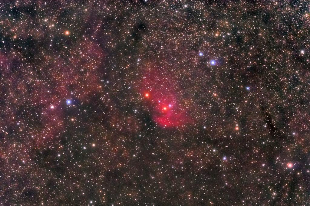 2020年08月24日23日04分48秒からミードの反射望遠鏡LXD55とリコーの一眼レフカメラのPENTAX KPでISO2500/F5/露出30秒で撮影して150枚を加算平均コンポジットしたフルサイズ換算約1464mmのSh2-101(チューリップ星雲)の天体写真です。