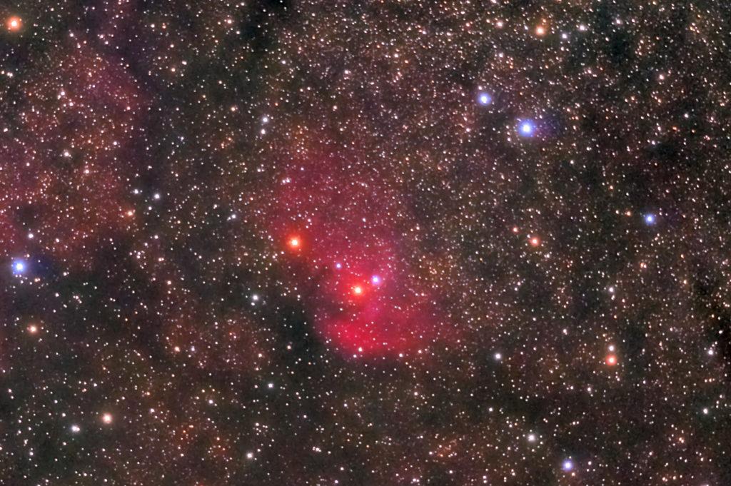 2020年08月24日23日04分48秒からミードの反射望遠鏡LXD55とリコーの一眼レフカメラのPENTAX KPでISO2500/F5/露出30秒で撮影して150枚を加算平均コンポジットしたフルサイズ換算約2185mmのSh2-101(チューリップ星雲)の天体写真です。