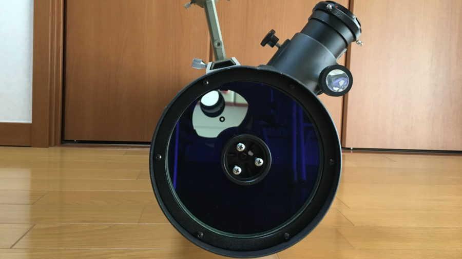 LXD‐55ニュートン式反射望遠鏡を正面から見た写真です。シュミット補正ガラスが付いていますが、これで画像がシャープになります。