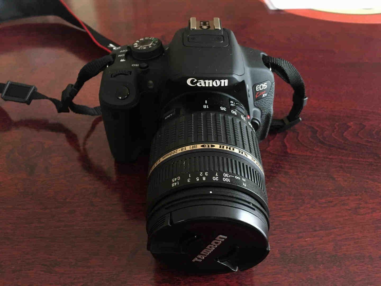 タムロン18-200mmのズームレンズを取り付けたキャノンEOS KISS X7i