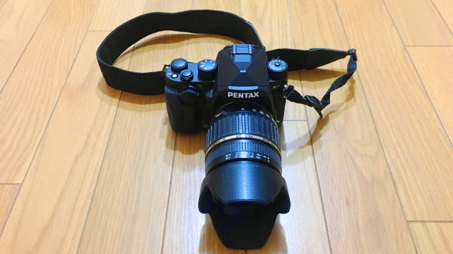 pentax-kpにタムロンの18-200mmのズームレンズを取り付けた状態の写真です。