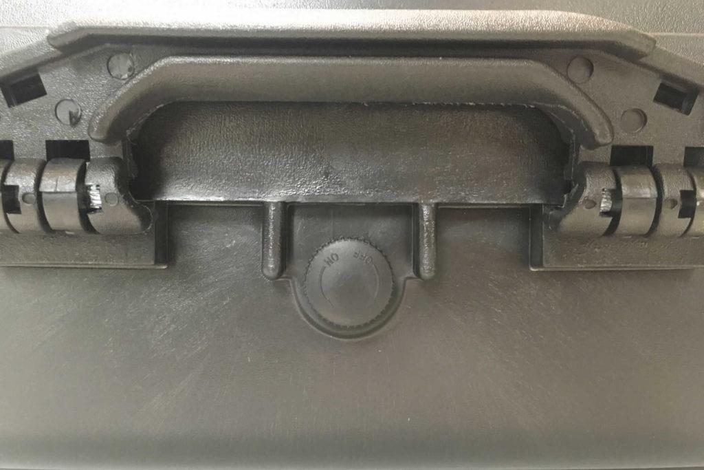 スカイメモSのスターターセットⅡのキャリングケースのパッチンの間にある丸いONOFFボタンですが使い方がわかりません。