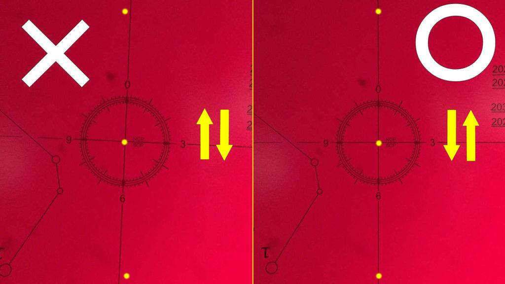 レクチル内の北極星を微動雲台で上下させて水平を確認します。左は水平になっておらず、右は水平になっています。