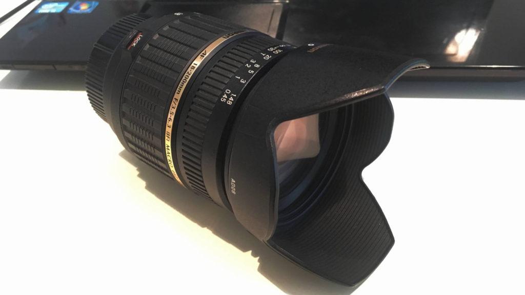 カメラレンズにケンコーPRO1Dのソフトフィルターとフードを取り付けた状態