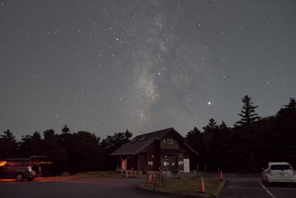 大台ケ原の駐車場で撮影した合成直後の天の川の新星景写真です。